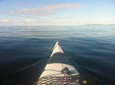 Kajakpaddling på stilitje hav...