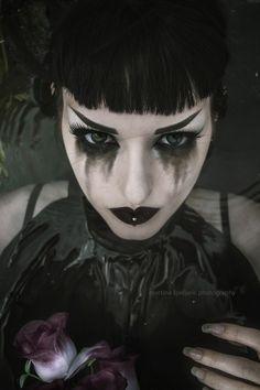 Gothic Halloween Makeup Ideas, Styles & Looks 2018 - Idea Halloween Gothic Makeup, Dark Makeup, Dark Fantasy Makeup, Smudged Makeup, Dark Angel Makeup, Skull Makeup, Makeup Art, Beauty Makeup, Halloween Makeup Looks
