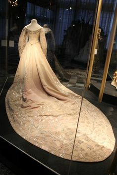 1900, Court Dress of Grand Duchess Xenia Alexandrovna, Tsarskoe Selo. Someone must have told them that the bodice was on backwards, so now they fixed it!
