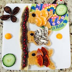 Amazing Koinobori breakfast! multigrain bread fish (carp) with peanut butter topped with dried berries, tangerine, golden dragon fruit and persimmon.  Accompanied by sweet banana topped with chia pudding and bright pomegranate. Decorated with a beautiful flower dried figs, fresh cucumber and delicious aguaymanto. Stunning!! ❤️