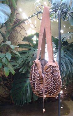 Bolsa de couro cortado com forro de tecido, duas alças e detalhe no fecho de semente. Diversas cores!!! R$ 160,00