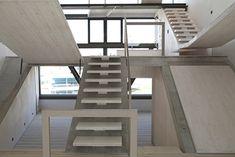 Escalera de madera con base de hormigón