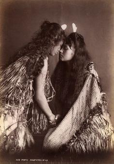 les-sources-du-nil: Arthur James Iles Maori Women, New Zealand, circa Museum Victoria Old Photos, Vintage Photos, Polynesian People, Polynesian Art, Polynesian Culture, Vintage Lesbian, Vintage Romance, Maori People, Maori Designs