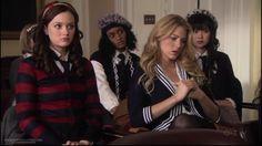 Blair:cardigan de rayas de L.A.M.B, diadema de Stacy Lapidus, corbata de French Toast, bolso de charol negro de BE&D, botas de charol negro de Jimmy Choo