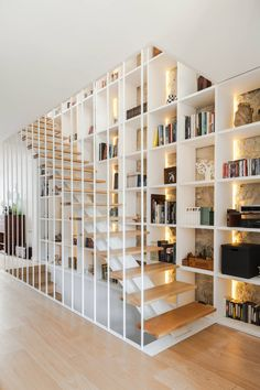 Gorgeous staircase design connecting three levels of the home with wood and white finishes. Modern Corridor, hallway & stairs by Floret Arquitectura Modular Staircase, Modern Staircase, Staircase Design, Interior Stairs, Room Interior, Interior Design Living Room, Interior Architecture, Home Library Design, House Design