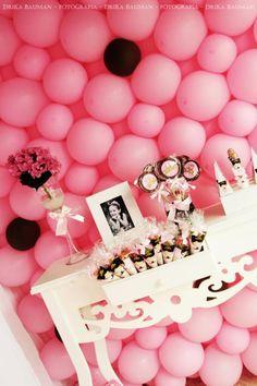 Ściana z balonów, które może zasłonić brzydki widok