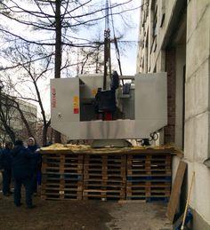 Занос фрезерного станка массой 5 тонн через технологический проем.
