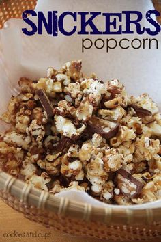 Snickers popcorn as a Super Bowl snack! Snickers popcorn as a Super Bowl snack! Snickers Popcorn, Chocolate Popcorn, Snickers Bar, White Chocolate, Popcorn Recipes, Snack Recipes, Dessert Recipes, Flavored Popcorn, Gourmet Popcorn