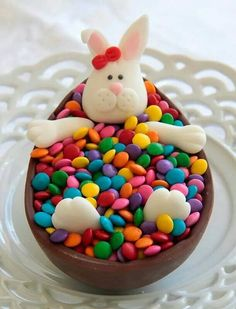 Vem aprender a lucrar na páscoa de uma maneira descomplicada - Clique no Pin Easter Snacks, Easter Brunch, Easter Treats, Easter Recipes, Chocolate Bomb, Chocolate Hearts, Easter Cupcakes, Easter Cookies, Alphabet Cake