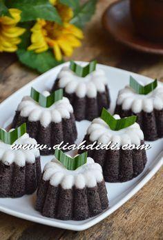 Diah Didi's Kitchen: Putu Ayu Ketan Hitam Indonesian Desserts, Indonesian Cuisine, Asian Desserts, Malaysian Dessert, Malaysian Food, Sweet Recipes, Cake Recipes, Snack Recipes, Heritage Recipe