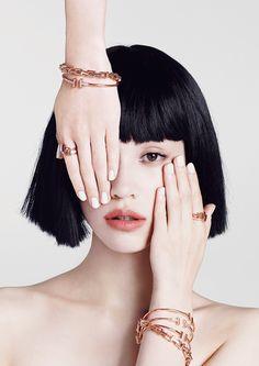 ティファニーのデザイン ディレクター、フランチェスカ・アムフィテアトロフが初めててがけたコレクション、「Tiffany T」。Tの文字を大胆に配したグラフィカルなフォルムと洗練されたデザインが特徴。『VOGUE JAPAN』11月号では、革新的モダニティを水原希子が纏い、Webではその世界観を基調に、「Tiffany T」のもつニューヨークのエッセンスをプラスした最先端な映像をお届けします。