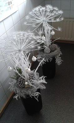 Christmas Arrangements, Christmas Centerpieces, Christmas Decorations To Make, Christmas Art, Christmas Wedding, Floral Arrangements, Dried Flower Bouquet, Dried Flowers, Alternative Christmas Tree