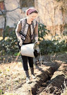 Istuta valkosipulin kynnet mahdollisimman aikaisin keväällä. Katso Viherpihan ohjeet ja kasvata mahtava valkosipulisat!