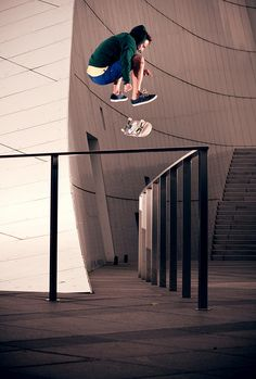 Flying above with skateboarding #skateboarding #fun #extremesports http://www.blueprinteyewear.com/