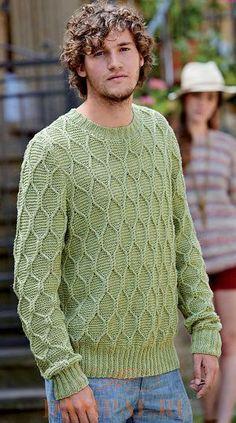 Свободный мужской пуловер связан рельефным рисунком, напоминающим соты.
