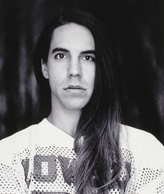 Anthony Kiedis with long hair like this is just a pile of yumm! I could go for days! (December 2009)