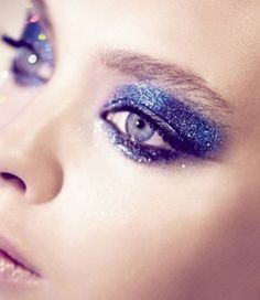 Silvester Party schminke-make up Ideen Glitzer-Glimmer Blau-Oberlidschatten Mascara