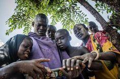 """Seguramente ellos nunca sepan que algo como Instagram existe. Era la primera vez que se veían en un móvil! Ah! También fue la primera vez que vieron a unos blancos... son de esos momentos que tachas en la lista de sueños por vivir y que dices """"lo he hecho"""". No hay palabras para describirlo! #ehiopia #etiopia #wanderlust #fotografia #photography #amazing #travel #traveling #discover #descubra #africa #tribe #tribu #viaje #viajar#travelgram #mochileros #mobile #iphone7"""