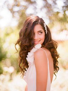 Penteado para casamento para fazer sozinha: Você pode não pensar que sim, mas um simples prendedor de cabelo pode transformar seu cabelo solto em um penteado incrível!