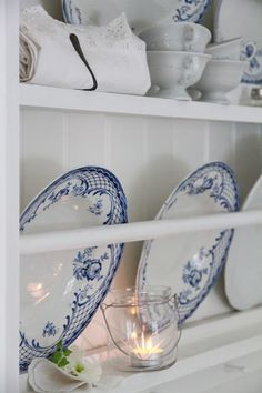 UBlue and white plates on a white plate rack