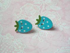 Ohrstecker Holzknopf Erdbeere hellblau grün von MiMaKaefer auf DaWanda.com