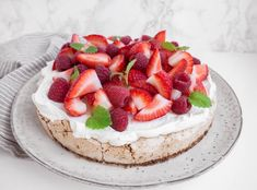 TUC kage - Sommerkage med marcipan og friske bær | Mummum.dk Delicious Desserts, Yummy Food, Cakes And More, Amazing Cakes, Peanut Butter, Sweet Tooth, Cake Decorating, Cheesecake, Deserts