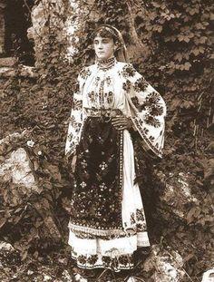 Traditional romanian costume from Dambovita, Muntenia