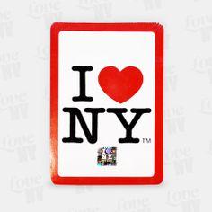 Das I LOVE NY Kartenspiel Set besteht aus insgesamt 52 Karten plus Joker. Die Rückseiten sind jeweils mit dem typisch New Yorker I LOVE NY Logo versehen. Ideal für Poker Enthusiasten und andere Kartenspielfreunde. #kartenspiel #playingcards #iloveny #spielkarten #newyorkcity #nyc #newyork #ny
