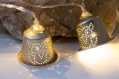 Diese wunderschöne 10er Lichterkette im Upcycling-Look wurde aus Nespressokapseln gefertigt und per Hand mit einem Lochmuster versehen. Ideal für eine romantische Atmosphäre bei lauen...