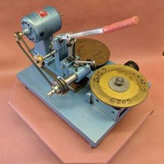 A gear cutting machine for clocks. Wooden Gear Clock, Wooden Gears, Clock Repair, Watch Gears, Machine Tools, Milling, Electronics Projects, Metalworking, Lathe