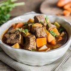 Gulaschsuppe und Low Carb? Lass Kartoffeln, Brot und Co. einfach weg. Bei leckerem Kürbis und zartem Rindfleisch wirst du sie eh nicht vermissen.