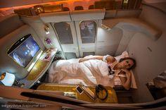 A Emirates, dos Emirados Árabes Unidos, foi eleita a melhor empresa aérea do mundo. A companhia, que havia ficado com a 8ª colocação no ano passado, superou a Qatar Airways, eleita a melhor do mund...