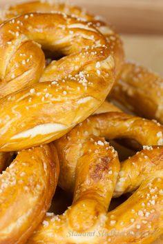 Recipe for Bavarian Pretzels Yummy Snacks, Delicious Desserts, Healthy Snacks, Yummy Food, Bavarian Pretzel, Bavarian Recipes, Oktoberfest Food, Pretzels Recipe, Warm Food