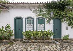 https://flic.kr/p/TsoY83 | Casas do Brasil | Uma casinha sem eira nem beira na charmosíssima cidadezinha de Paraty.  Paraty, Rio de Janeiro, Brasil. Tenha um belo dia... :-)  ______________________________________________  Houses of Brazil  Little colonial house in the charming town of Paraty in the state of Rio de Janeiro.  Paraty, Brazil. Have a great day! :-)  ______________________________________________  Buy my photos at / Compre minhas fotos na Getty Images  To direct contact me…