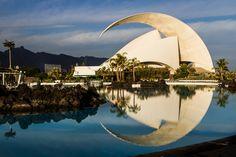 Auditorio de Tenerife, con reflejo en las aguas del Parque Marítimo, en Santa Cruz. ¡Preciosa foto!