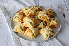 De her butterdejspakker smager fantastisk! Fyldt med cremet grønt feta fyld, som bare smager vildt godt! De er lækre både varme og kolde. De er også fryseegnet, så de kan nemt laves lang tid i forvejen. Jeg elsker butterdej, det ved de fleste, som kender…