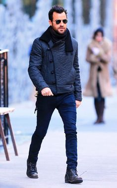 Jennifer Aniston's spexy beau Justin Theroux pumps up his chic, yet cozy, look with trendy aviators!