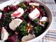 Smuk og velsmagende rødbedesalat, der er kombineret med grønkål og gedeost. En dejlig vintersalat, som lyser op på middagsbordet.