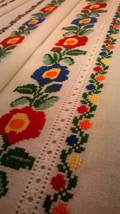 Cross Stitch Geometric, Simple Cross Stitch, Cross Stitch Flowers, Antique Dollhouse, Cross Stitch Needles, Sewing Stores, Artisan, Embroidery, Beads