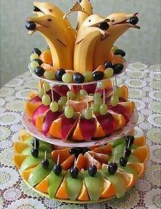 Pyramide fruits dauphins bananes #Fun food #DIY #craft #Recipe #Buffet #Party #catering #Reception #Decor #Healthy food #Art #Dessert +++ Piramide de frutas de colores con platanos bananas en forma de delfines decoracion de Bufet Facil de hacer uno mismo