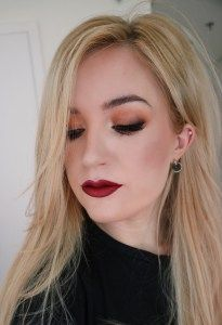 Burgundy lipstick and gold eyeshadow makeup this gorgeous autumn / fall makeup look. Click for more autumn beauty trends