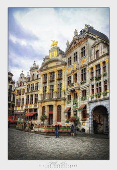 BRUSSEL  Grand Place  GILDENHUIZEN: DE ZWANE Werd in1720 eigendom van het slagersgilde .In Lodewijk XIV STIJL Dankt zijn naam aan de zwaan boven de deur.