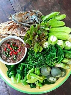 Nam Prik Pla-tu Spicy shrimp paste dip with vegetables Asian Recipes, Healthy Recipes, Cambodian Food, Food Shows, Indonesian Food, Food Plating, Vegetable Dishes, Family Meals, Food Photography
