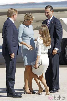 La Princesa Letizia hace la reverencia a Máxima de Holanda a su llegada a España