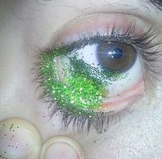 someone literally put glitter in their eye for this photo what the fuck are yall okay