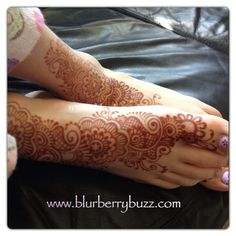 Henna is loved by girls of all ages.  This tween enjoys her feet henna'd in a modern Indo-Arabic fusion style.  www.blurberrybuzz.com