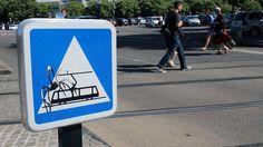 """Détournements de panneaux """"Traversée de tramways"""" - Jinks Kunst - Urban Contemporary Art"""