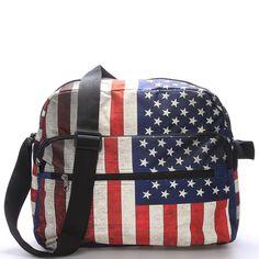 Moderní látková taška značky NEW REBELS přes rameno s trendy vzorem vlajky USA Vám poslouží při každodenním nošení a budete s ní vždycky in. Trendy, Fashion Backpack, Backpacks, Unisex, Usa, Bags, Handbags, Backpack, Backpacker
