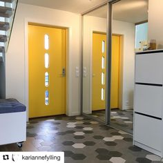 Gul ytterdør gjør en glad. Beat ytterdør fra Swedoor Kitchen Lighting, Lockers, Locker Storage, Entryway, Divider, Interior, Front Doors, Furniture, Instagram