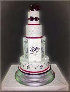 .#weddingcake #mariage #roseensucre  #royalicing #frenchwedding #gateaudemariage #paysdelaloire #mariageangers #patisserie #cakedesign #weddinglux  #loirevalleywedding #angersmariage